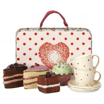 Maleta con pasteles y tazas