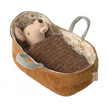 Bebé ratoncito en capazo
