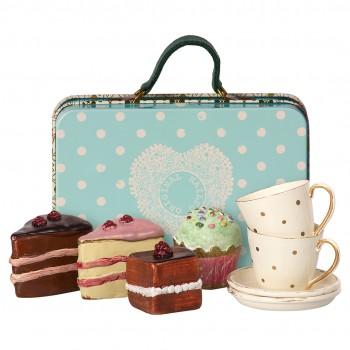 Maleta con pasteles y tazas para 2